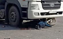 CLIP: Cô giáo đi xe máy bị container cuốn vào gầm, cán dập đùi