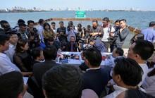 Bộ trưởng Trần Hồng Hà thị sát khu vực thí điểm xử lý nước, cho cá Koi ăn ở hồ Tây