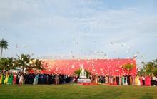 Doanh nhân ba miền cùng chào cờ dưới tượng đài Mẹ Việt Nam tại Đà Nẵng