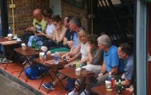 """Du khách chật kín những quán cà phê đường tàu trước ngày bị """"xoá sổ"""""""