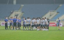 UAE giấu bài trong buổi tập làm quen sân Mỹ Đình dưới trời mưa lạnh