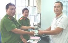 Khách Quảng Ninh vỡ òa nhận lại chiếc ví bị đánh rơi ở Hà Tiên
