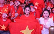 Trận Việt Nam - Thái Lan: Cổ động viên nhuộm đỏ phố đi bộ Nguyễn Huệ