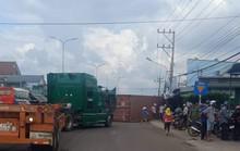 Thùng container văng xuống đường đè chết 2 vợ chồng
