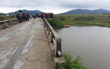Đi xe máy va vào thành cầu rơi xuống sông mất tích