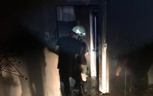 Cứu hai người mắc kẹt trong đám cháy