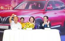 Thầy Park khoe bằng lái xe ở Việt Nam trong ngày được VinFast tặng xe mới
