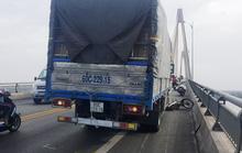 Xe máy chạy trên cầu Rạch Miễu bị gió đẩy vào gầm xe tải?