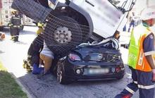 Ngồi trong xe hơi, bị xe tải đè bẹp rúm mà không chết