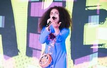 Rapper nổi tiếng Thụy Điển dạo quanh Hồ Gươm, mặc áo dài hát tại Việt Nam