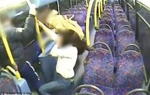 Cặp đồng tính nữ bị ép hôn nhau, đánh bầm dập trên xe buýt
