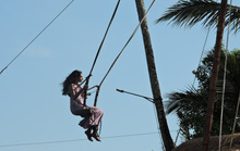 Clip: Đến Bali, đu đưa với tử thần