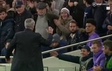 Mourinho tri ân cậu bé nhặt bóng trong chiến thắng ở Champions League