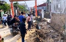 Máy múc đào mương thoát nước làm sập tường, 2 người thương vong
