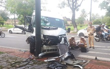 Xe chở du khách Hàn Quốc tông vào trụ đèn giao thông