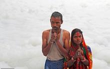 Ấn Độ: Nguồn nước của 20 triệu dân ngập trong bọt khí độc hại, đục ngầu