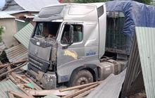 Quảng Nam: Kinh hoàng container đâm sập nhà dân, cuốn 2 vợ chồng vào gầm