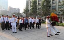 Từ sáng sớm, đại diện các dân tộc thiểu số dâng hoa Chủ tịch Hồ Chí Minh