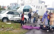 Ôtô tông liên hoàn, 3 cha con đi xe máy đến trường thương vong
