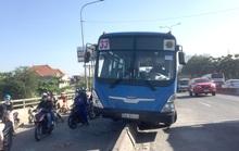 CLIP: Hoảng hồn với xe buýt nằm trên dải phân cách ở quận Thủ Đức - TP HCM