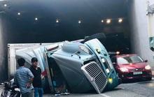Xe container va vào thành hầm chui ngã tư Vũng Tàu rồi bất ngờ lật nhào
