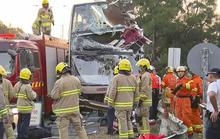 Xe buýt đâm vào cây, hành khách văng xuống đường, 6 người thiệt mạng