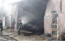 Cháy nhà xưởng chứa vải ở Hóc Môn, cả khu vực mất điện
