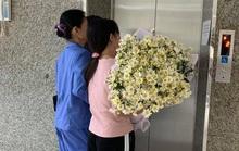 Nhói lòng người mẹ ôm hoa cúc họa mi trắng đến đón con trai hiến tạng về nhà