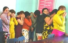 17 quý bà đánh bạc trong chòi hoang để... kiếm tiền ăn Tết