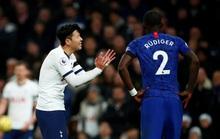 Trung vệ Chelsea vừa bị phân biệt chủng tộc, vừa bị HLV Mourinho chế giễu