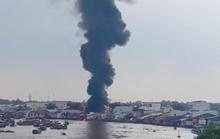 Clip: Khói lửa bốc cao ngùn ngụt tại một cơ sở dầu chai cạnh chợ nổi Cái Răng
