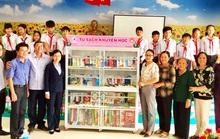 Đồng Tháp: Tặng tủ sách khuyến học cho xã vùng sâu