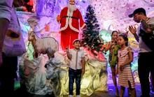 Người dân TP HCM xuống phố đón Giáng sinh
