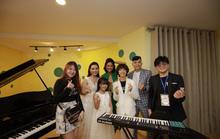 Tân Hoa hậu Hoàn vũ Việt Nam chơi nhạc cùng học viên Học viện đào tạo nhạc cụ