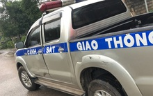 Bị truy đuổi, xe khách chở hàng chục hộp pháo lậu tông móp xe CSGT