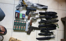 Khám xét kho súng, dao găm, kiếm... của 2 ông trùm ở quận Tân Bình