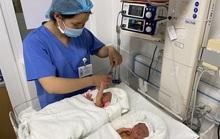 Cặp song sinh chào đời khoẻ mạnh sau khi được chữa bệnh ở tuần thai thứ 23