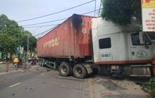 Kinh hoàng xe container san phẳng dải phân cách rồi lao vào cửa hàng ở TP HCM
