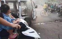 Xe chở học sinh tiểu học ở Bình Dương bốc cháy, nhiều người lao vào dập lửa
