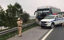 """Xe khách chở 60 người """"làm xiếc"""" trên cao tốc rồi húc vào xe CSGT"""
