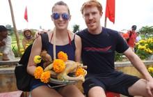 Du khách thích thú với Lễ hội Cầu Bông làng rau Trà Quế