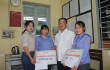 Báo Người Lao Động tặng quà 2 nữ nhân viên gác chắn cứu người