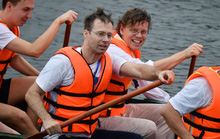 Đại sứ Anh, Thụy Điển thi bơi thuyền rồng ở Hồ Tây