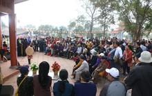 Hàng ngàn du khách đội mưa nghe hát quan họ ở Hội Lim