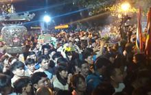 Cảnh vạn người chen nhau đến ngộp thở đêm khai ấn Đền Trần