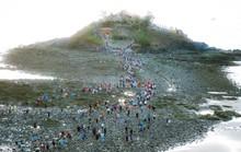 CLIP:  Ngàn người rẽ biển viếng ngôi miếu linh thiêng