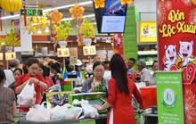 Người dân ùn ùn vào siêu thị sắm Tết, chợ truyền thống thưa vắng