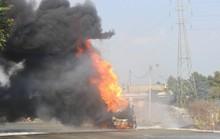 Xe bồn chở xăng cháy ngùn ngụt trên xa lộ Hà Nội
