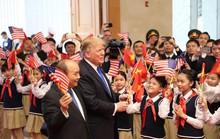 Tổng thống Donald Trump trao Thủ tướng Nguyễn Xuân Phúc lá quốc kỳ Mỹ