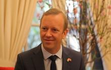 Tân đại sứ Anh kể chuyện muốn luyện giọng hát karaoke tiếng Việt